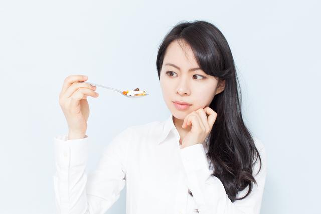 サプリ食べ女性悩む
