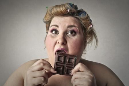 チョコ食べるデブ