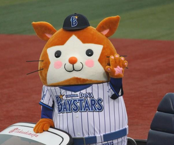 20120318_DB.Starman,_mascot_of_the_Yokohama_DeNA_BayStars,_at_Yokohama_Stadium