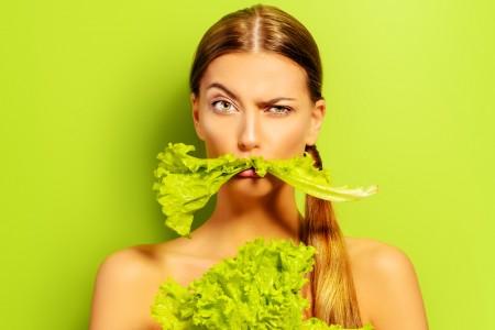 野菜食べる女性