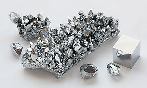 300px-Chromium_crystals_and_1cm3_cube