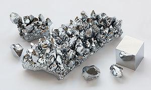 300px-Chromium_crystals_and_1cm3_cube