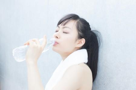 水を飲む女性 のコピー